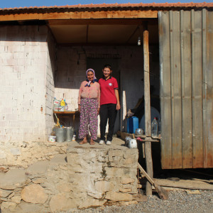 Nazli met haar moeder voor hun woning.