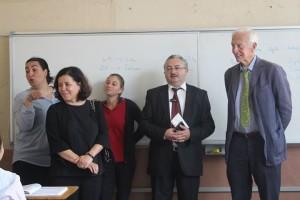 Fulya, Meryem, schooldirecteur Mehmet en Jan bij Keziban in de klas.