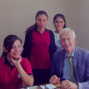voorzitter Jan Roelants met (v.l.n.r.) Nazli, Keziban en Raziye
